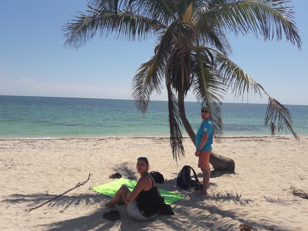 Strand in Trinidad mit Birthe und Basti