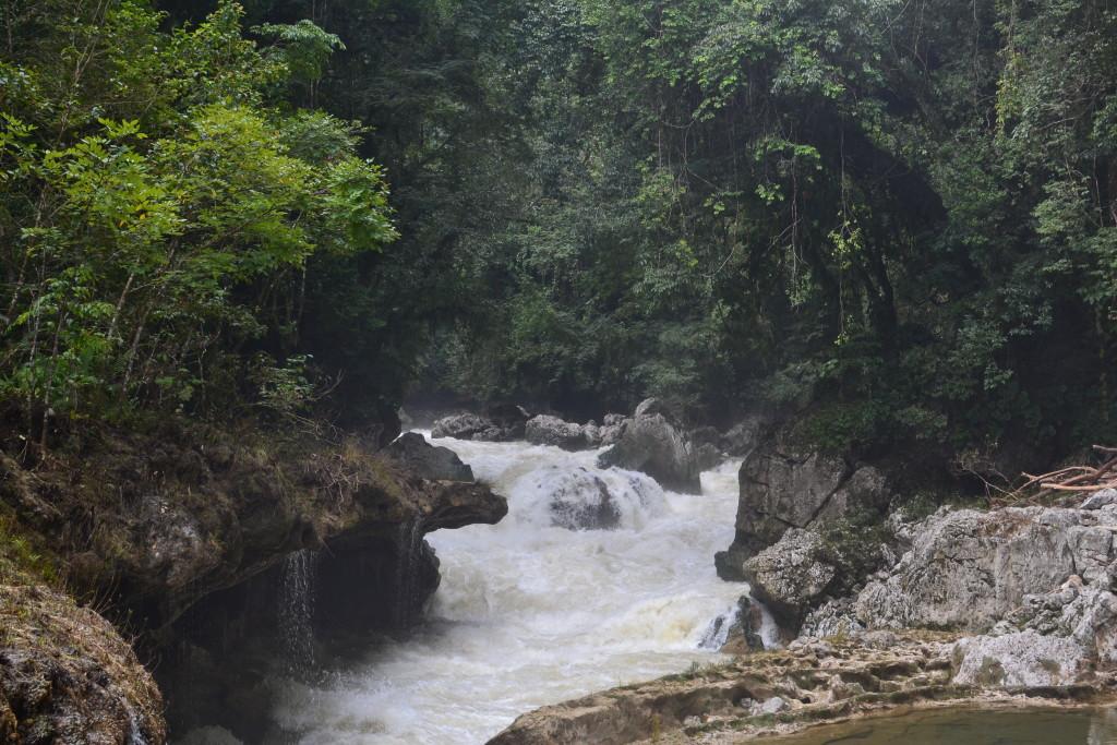 Unterirdischer Wasserfall/Fluss